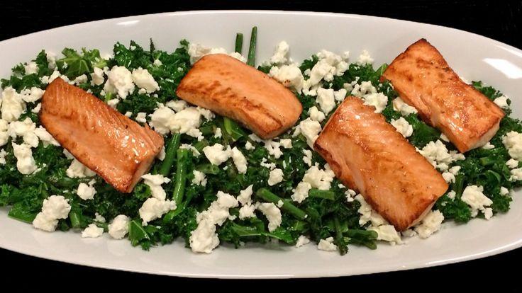 Grønnkålsalat med fetaost og laks