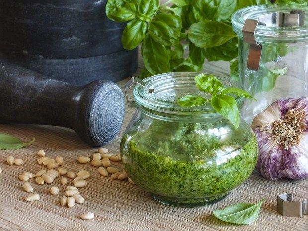 Dát si pesto z čerstvých bylinek, vás určitě povzbudí. Svěží zelená barva ve vás prostě musí vyvolat dobrou náladu, a to nemluvíme o skvělé chuti.