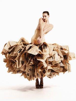 Vestido realizado con papel de periódico.