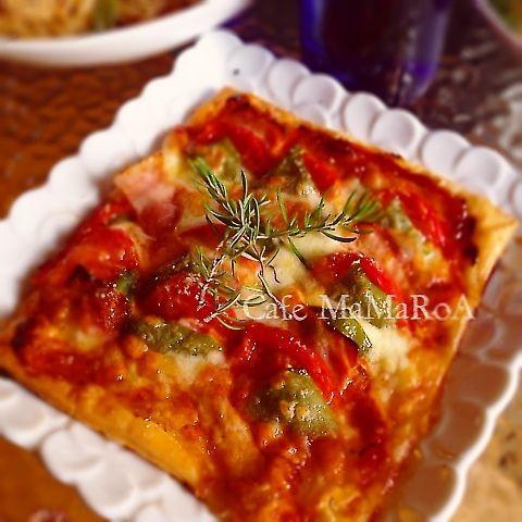 解凍して焼くだけでザックリさっくりピザ が味わえちゃうピザパイ♪♪ 簡単なのにお客様が見えた時に サラッとお出しすると お料理できる女子風に見えるかな?? レシピ聞かれても簡単に教えられる のもいいでしょ〜( ´艸`) トマトケチャップにひと工夫で キッズも大人も大好きな 甘めなピザパイに変身(ノ´▽`)ノ 具は自由自在。 ✴︎ザックリパイピザ✴︎ ✴︎パイシート✴︎1枚 ✴︎トマトケチャップ(大さじ1程度) ✴︎オレガノ(これがあると一気にピザぽくなりますよ❤︎) ✴︎チーズ✴︎たっぷり ✴︎お好みでニンニクすりおろし。 トッピング 今回は ベーコン•ピーマン•トマト•チーズ♪ シンプルな食材でも充分美味しいです♪ 一昨日、投稿のキッズパーティは具沢山。 じゃがいも•ナス•茹でたまご•ベーコン•ツナ •茹でブロッコリー♪ ❶パイシートを常温に戻す。 オーブンを230度で予熱♪ (家のオーブンは温度があがりにくいので 250度) ❷クッキングシートにパイシートを置き、 トマトケチャップ•オレガノを振りかけ 好きな具材をトッピング〜♪ ❸230度のオーブンで15〜...