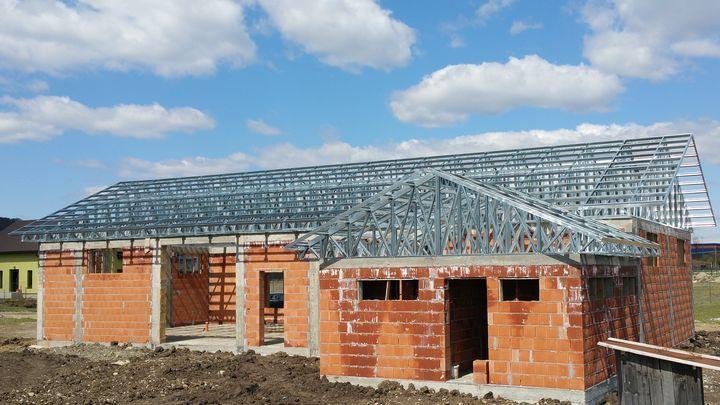 Acoperis Bistrita - construit pe structura metalica usoara de Unic Rotarex. Durata si costurile constructiei sunt minime.