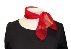 Pañuelo rojo cuadrado - Uniformes de Azafatas #pañuelos #complementos #pañuelosdeazafatas #pañuelodecuello #pañuelorojo #uniformesdeazafatas