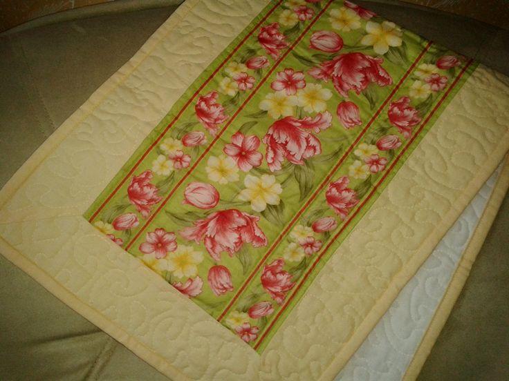 Kvety v záhrade - stredový behúň - voľné quiltovanie - materiál 100% bavlna - rozmer 82 x 35 cm