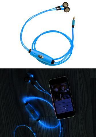 Uniwersalne słuchawki ze zintegrowanym systemem podświetlania LED. Podświetlenie słuchawek dostosowuje się do tempa i tonacji muzyki. Specjalna osłona gwarantuje koniec walki z poplątanymi słuchawkami. Dzięki wbudowanemu mikrofonowi z redukcją szumów możesz spokojnie rozmawiać przez telefon.