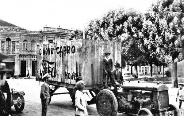 Anos 1920, um automóvel encaixotado chegando na agência Ford na Praça Osório.