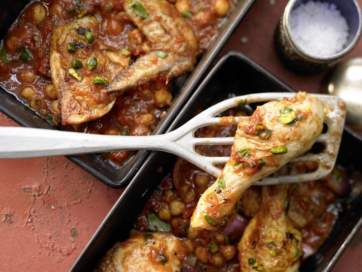 Knuspriges aus Fernost:Orientalisches Ofenhähnchen - mit Kichererbsen, Pistazien und roten Zwiebeln - smarter - Kalorien: 734 Kcal - Zeit: 45 Min. | eatsmarter.de