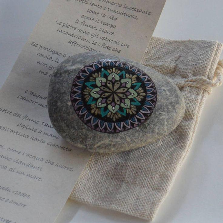 Pittura su Pietra Mandala . piccolo pensiero Viola e Oro Regalo amicizia Affetto . Prezioso di merveilleuseboutique su Etsy