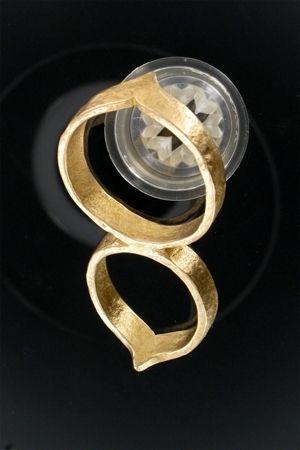 Bijou contrainte de pénis en bronze. Passez votre pénis dans chacun des 2 anneaux. Vous ne pourrez plus bander.