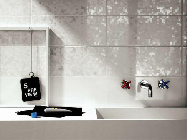 Swing seinälaattoja on saatavana kiiltäväpintaisilla raita- ja pikselikuoseilla, jotka saavat valon läikehtimään seinäpinnoilla. Värisilmä, http://kauppa.varisilma.fi/laatat/seinalaatat/swing-20x50/ #kylpyhuone