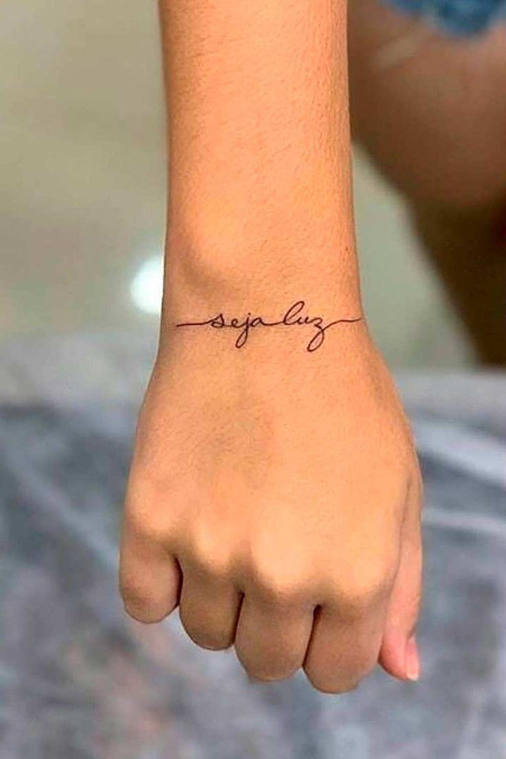 tatuagem-no-pulso-escrito-seja-luz em 2021 | Tatuagem, Frases para tatuagem feminina, Melhores frases para tatuagem