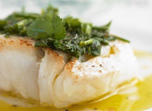 Découvrez cette recette de poisson facile à préparer. Pour ce faire, il vous faudra : des filets de cabillaud, du basilic, du persil, de la ciboulette, du vinaigre de vin blanc, du jus de citron et de l'huile d'olive.