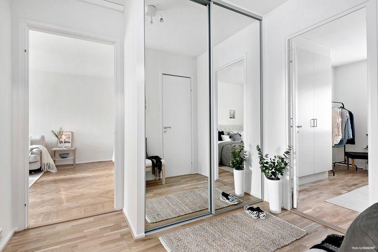 I hallen finns en praktisk skjutdörrsgarderob med spegelglas