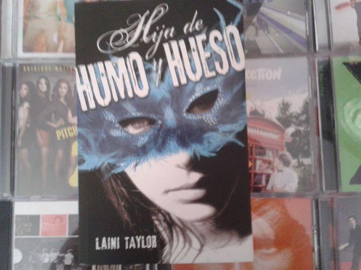 """""""Hija de humo y hueso"""" escrito por Laini Taylor:"""