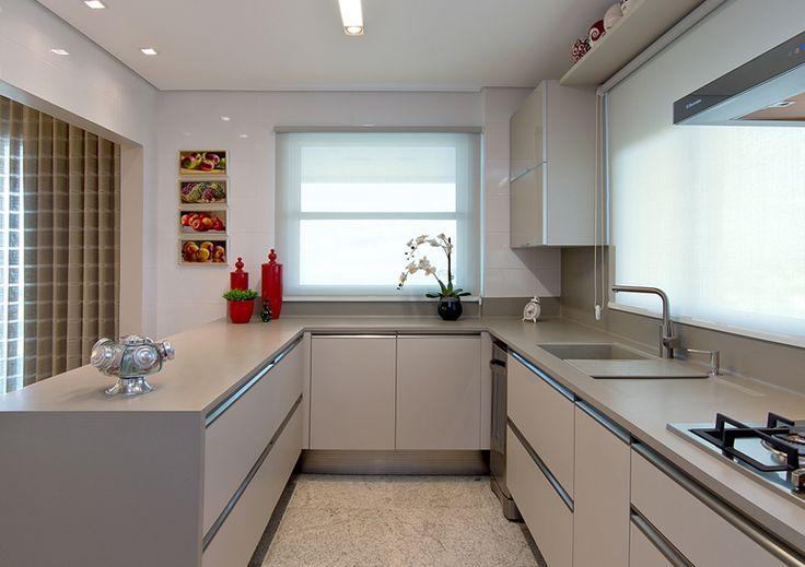 No ambiente da cozinha, a despensa foi transformada em área de serviço. Desse…