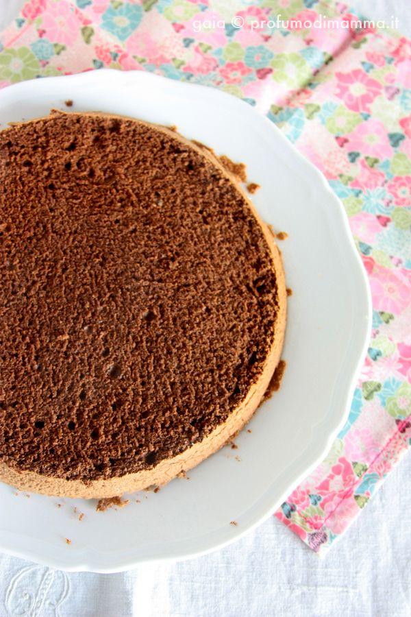 Profumo di mammaPan di spagna al cacao (di Leonardo di Carlo) (per una tortiera di 20 cm di diametro e 4 cm di altezza)  115 g di tuorli (sono 6 uova) 125 g di zucchero semolato 125 g di albume 25 g di farina 00 25 g di fecola di patate 25 g di cacao amaro in polvere 50 g di burro 0,5 grammi di sale (è la punta di un cucchiaino) 2 g di scorza di limone grattugiata  Se usi una planetaria e hai a disposizione una sola ciotola, suggerisco di montare gli albumi per prima cosa. In questo modo…