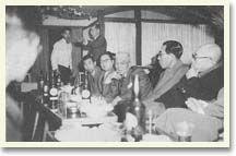 懇談会会場風景。中央でヒジを付き、こちらを向いている白髪の人は、'30年にひとり英国のマン島に渡りTTレースに出場、ベロセットの350ccでジュニアクラスに見事完走して、表彰式に和服姿で望んだという当時の大スター、多田健蔵氏です