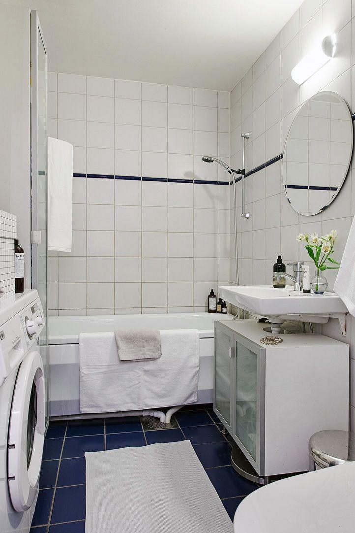 Rymligt badrum med tvättmaskin