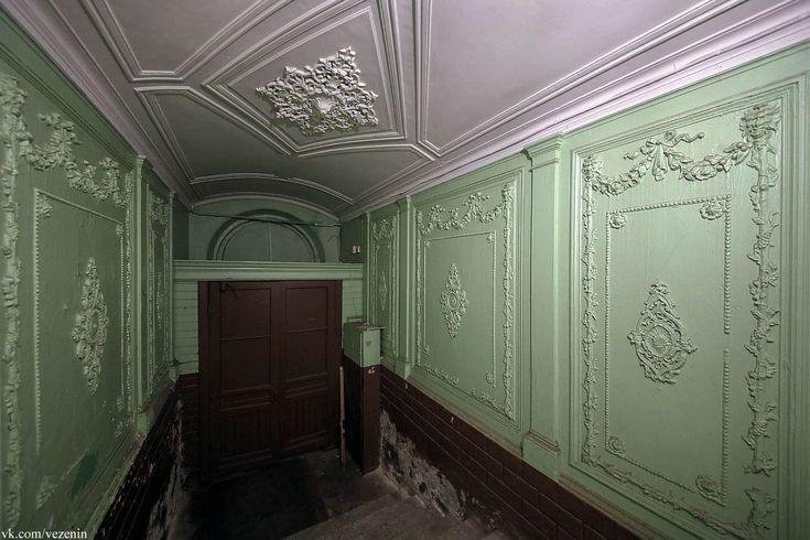 Просто красивая отделка стен парадной лестницы до революции обычного доходного дома. Дальше понятное дело была реконструкция, но убранство с 1907 года…