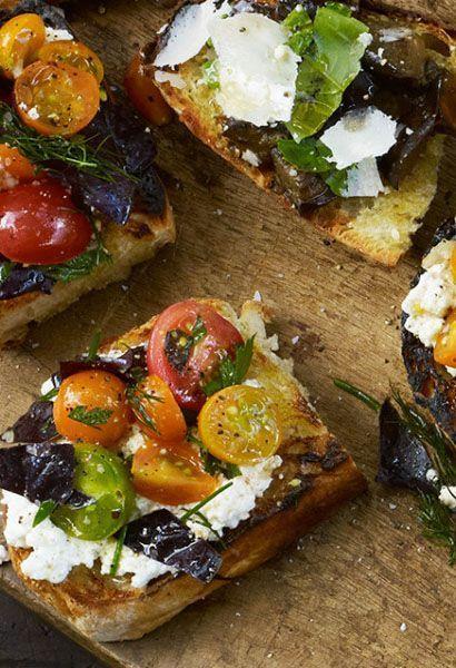 Gegrilltes Brot mit Ricotta und Tomaten
