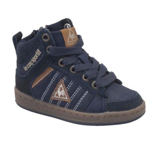 De Davet Sportif Mid is een sportieve enkelhoge sneaker voor kinderen van het merk Le Coq Sportif. Het bovenwerk van de schoen bestaat uit synthetisch leer. Deze schoen heeft een fijne rubberen zool waardoor de schoen comfortabel zit en de landing dempt tijdens het lopen.
