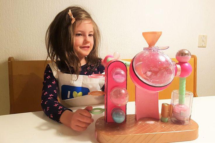 Is jouw dochter ook zo'n fan van de LOL Surprise ? Dan is deze Fizz Factory een absolute aanrader.  Hiermee maak je je eigen bruisballen. Lekker creatief en tegelijk nieuwsgierig maken met chemische processen. http://www.mamaliefde.nl/blog/l-o-l-surprise-fizz-factory-bruisfabriek-zelf-bruisballen-maken/