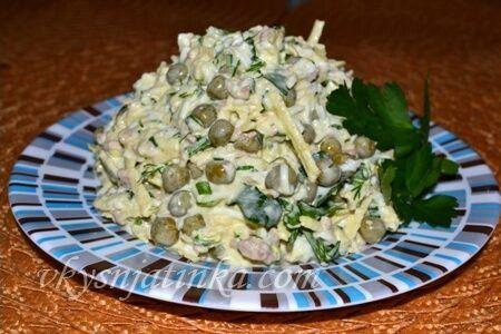Салат с печенью трески и зеленым горошком (фото)