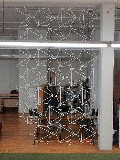 Een supercreatieve manier van ruimte verdelen met kleerhangertjes.