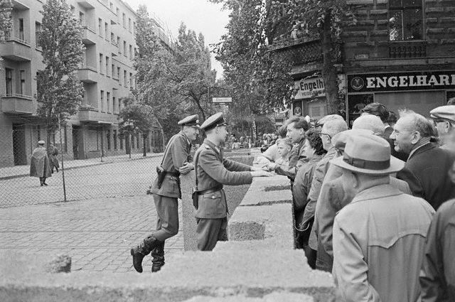 Berlin Wall 1961 | ... BEGINS CONSTRUCTION OF THE BERLIN WALL - AUGUST 1961 - CONFRONTATION