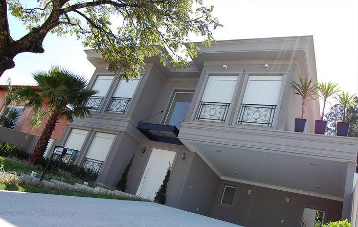 fachada no estilo e cor que queremos. Neoclássico SEM telhado aparente, na cor fendi com esquadrias e persianas brancas e detalhes em preto do parapeito. NÃO gosto de pilares na entrada e na casa.