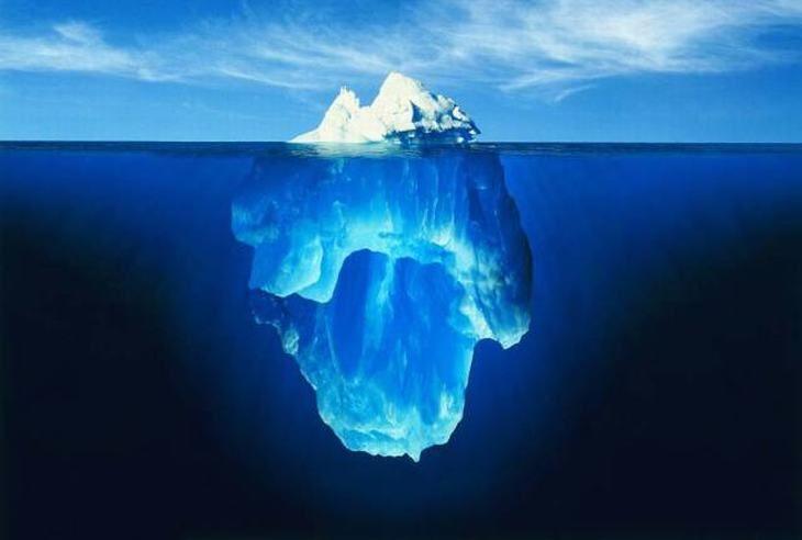 """Icebergue profundo, Antártica. A frase """"ponta do iceberg"""", vem do fato que apenas cerca de 10% de um icebergue pode ser visto flutuando sobre as águas, como esta imagem ilustra perfeitamente."""