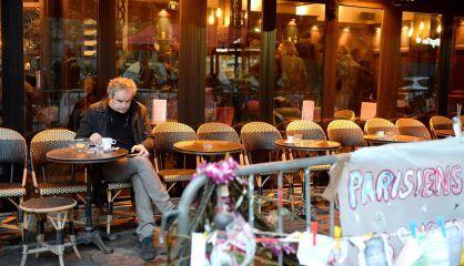 Un cliente de La Bonne Bière, París, este viernes después de su reapertura.