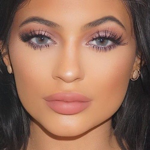 Kylie Jenner wearing Solotia Hidrocor Graphite Contact Lenses available at luxelenses.com