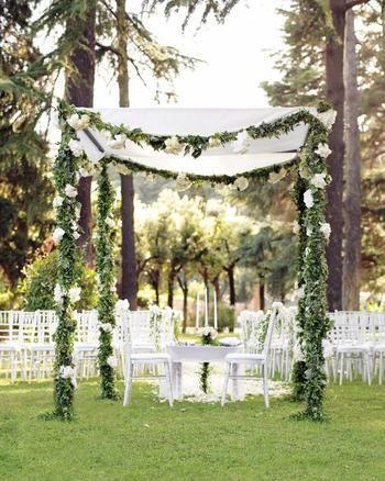 Houppa blanche avec guirlande de feuillages et de fleurs | Mariage juif | Dais nuptial