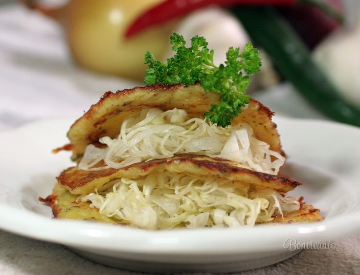 Zemiakové placky s kapustou a syrom • recept • bonvivani.sk