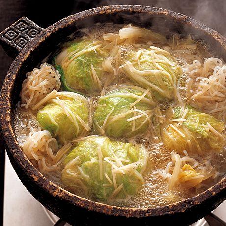 ゴロゴロの白菜団子が食べごたえあり!「白菜団子の中華鍋」のレシピです。プロの料理家・小林まさみさんによる、白菜、豚ひき肉、玉ねぎ、えのきたけ、しらたき、しょうがなどを使った、1人分178Kcalの料理レシピです。