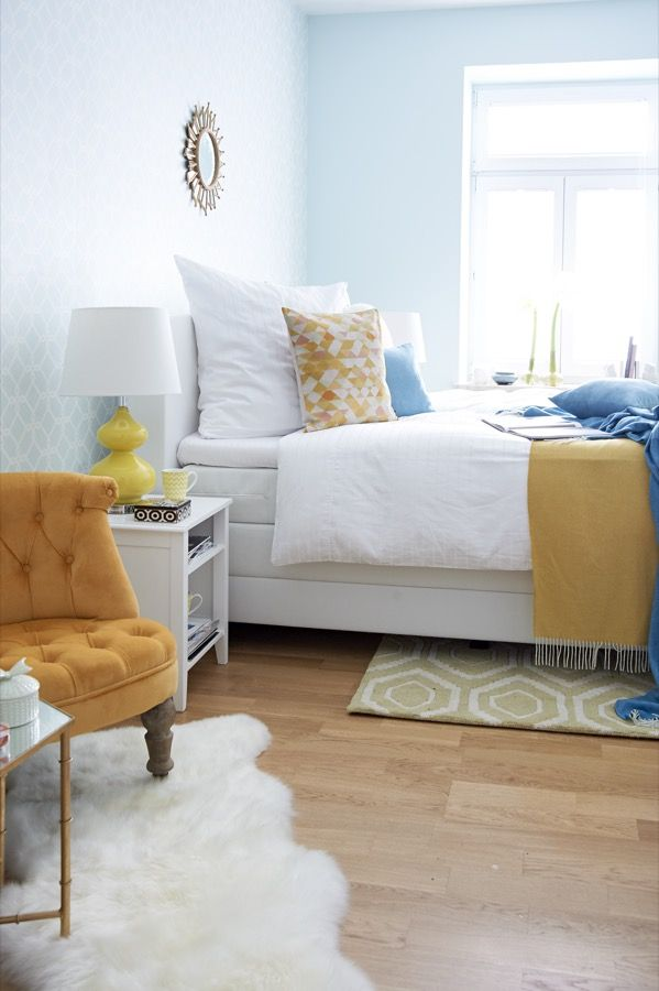 Ein Schlafzimmer, das einfach gute Laune macht: Blau und Gelb treffen auf Retroelemente! Vor allem im Schlafzimmer heben Wohlfühlfarben die Stimmung und laden zum Träumen ein. Fröhliches Gelb und beruhigendes Blau ergänzen sich perfekt – und erinnern, sobald der erste Lichtstrahl morgens durchs Fenster spitzt, an unvergessliche Urlaube am kristallblauen Meer unter wärmender Sommersonne.