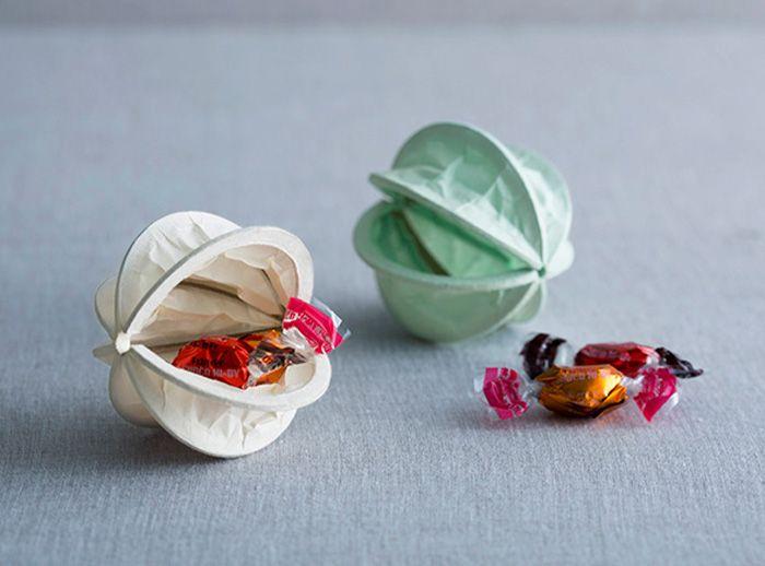 素材に空気感のある和紙で作られた、Washinomi。広げると乾いた音とともに大小の実が形作られます。 そのま […]