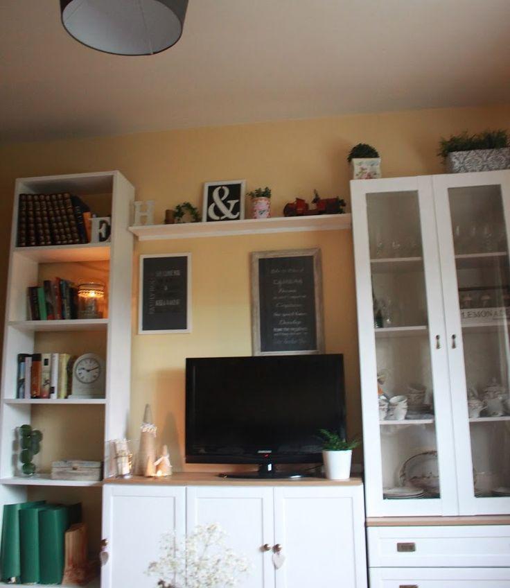 Pintando los muebles del salón de blanco han conseguido un cambio fantástico…