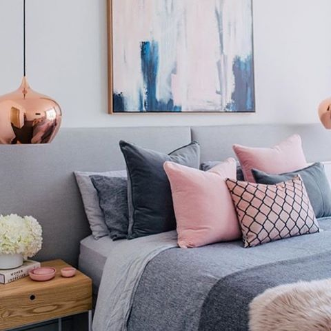Quartos com almofadas em tons de cinza e rosa ficam lindos. E o que falar dessa luminária incrível? <3