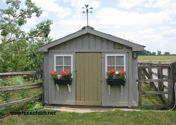 Cobertizo para el huerto, se puede hacer con maderas o con un container de hierro pintado y apañadito.