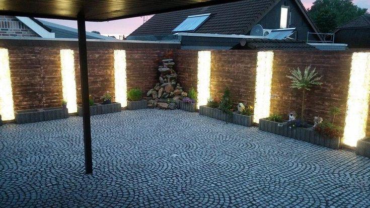 Innenhof mit Gabionen Sulen beleuchtet warmweiss  Gabionen Beleuchtung  Gabionen Zaun