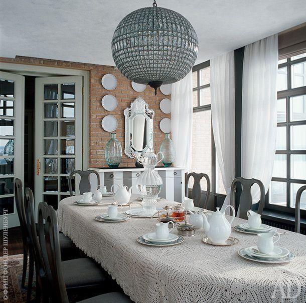 Обеденный стол, накрытый вязаной французской скатертью, окружают стулья, Grange. Сервант, Roche Bobois; люстра измагазина Emile Maru. Источник:http://www.admagazine.ru/inter/2838_theatre-chekhov.php