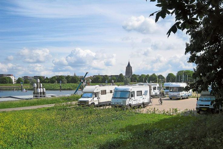 Vom Stellplatz am Stadtrand ist die schöne Altstadt von Gorinchem leicht erreichbar: Hier kann man einkaufen, auf der Terrasse sitzen, essen, ins Kino oder Theater gehen oder Museen besuchen.