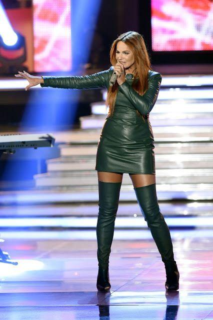 Grüne Leder-Langarm-Minikleid und Oberschenkelstiefel auf der Bühne – Karin