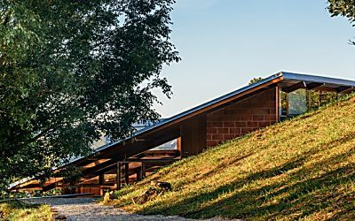 Casa mistura vidro e madeira em meio à natureza