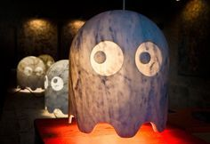 Pac-Man a marqué toute une génération et ses personnages sont devenus des icônes de la pop culture ! Le designer italien, Chicco Chiari a décidé de rendre hommage à ce jeu vidéo qui se jouait sur arcade en recréant les terribles fantômes en lampes.  Il a utilisé le marbre de Carrare pour concevoir cette collection ludique de lampes sculpturale. Au-delà de la parfaite reproduction du design des fantômes, Chicco Chiari joue avec la lumière et la transparence du marbre pour faire ressortir…