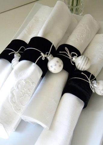 Ornaments as a napkin ring Un pedacito de franela del color q uno quiera, y una pequeña esférica.!!!