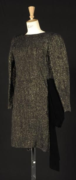 GIVENCHY Haute-couture, N°75414, circa 1986 Robe de petit dîner en mousseline noire à effet froissé sur fond de lurex or, décolletté rond, sur dos-nu en pointe, manche longue, pans en velours noir sur… - Cornette de Saint Cyr - 16/12/2012