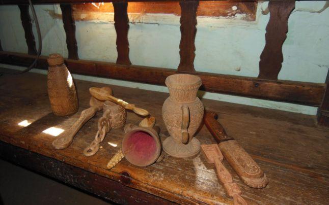 Artă populară veritabilă într-un cătun din Apuseni: ţăranul sihastru care împleteşte bucăţi de lemn