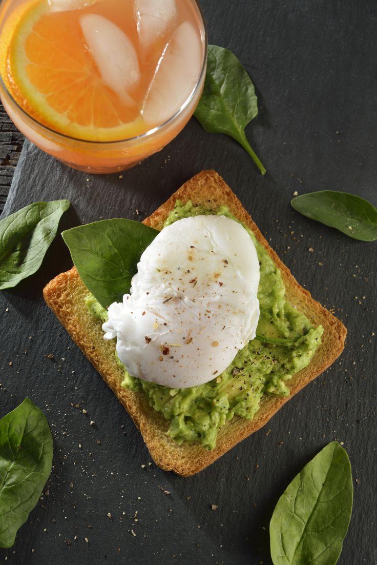 Delicioso desayuno para una mañana de fin de semana. Una receta fácil de huevo, perfecta para sorprender a la persona que más quieres, aguacate especiado sobre un delicioso pan tostado, con un huevo poche y espinaca. ¡Que rico!